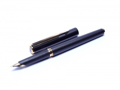 Stunning 1980 Parker Arrow Matte Black & Gold EF GP Cylindrical Nib Fountain with Converter